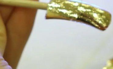 Altın Işıltılı Tırnak Süslemesi