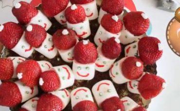 Marshmallowlu Çilekli Noel Baba Tart