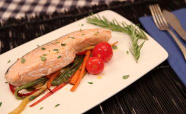 Suda Pişmiş Sebzeli Somon Balığı