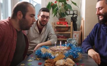 Gözlüklü ve Sakallı ile Öğrenci Evi: Doğum Günü Pastası