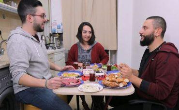 Gözlüklü ve Sakallı ile Öğrenci Evi: Kahvaltı Sofrası