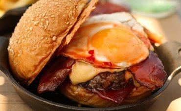 Uzman Kasap Hamburger Köftesi ile Yumurtalı Hamburger Tarifi